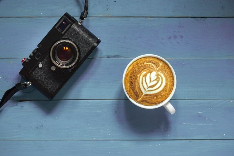 Latte art and camera Latteart Blue Light Table Still Life Wood - Material No People Technology Directly Above Indoors  Photography Themes Close-up Food And Drink Camera - Photographic Equipment Retro Styled High Angle View Coffee Drink Cup