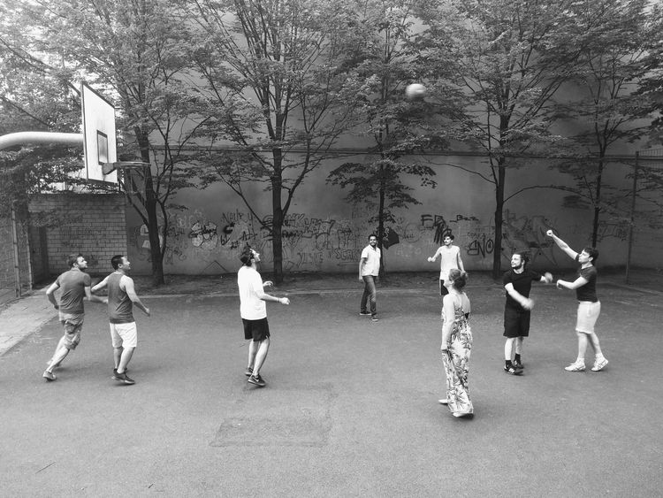 Real People Day Lifestyles Tree Full Length Outdoors Men Large Group Of People Women People Adult Adults Only Basketball Afterwork Sports