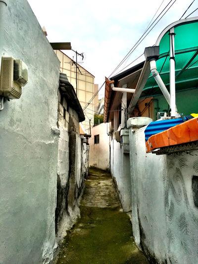 韓国 Korea Koreatown の 裏路地 Back-alley シリーズ01。韓国の テジョン では、すれ違いも難しい裏路地が沢山ある。これがお手製道路で結構歩くのが楽しいので、地域住人の迷惑にならない程度に歩き回ってみた。その路地は、白壁が手塗りで、誰の家なのかがちょこちょこ手書きで描いてあった。レンガの床や壁が多いのだけれど、年季が入っていてレトロ感と使っている感が混在していて、とても気持ちが良い。 Streetphotography EyeEm Korea