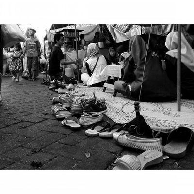 Alaskaki dan Ekspresi dalam Ceritapagi Pasar Sunmor UGM Yogyakarta INDONESIA Indah Thebeautyofindonesia Trip to Jogja Istimewa Lenovotography Blackandwhite Pocketphotography Photostory Lzybstrd Journey