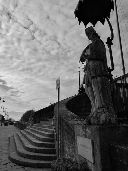 31/01/17 A riparo dal soleStreet Photography HuaweiP9Photography HuaweiP9 Streetphotography EyeEmNewHere Onephotoaday Huaweiphotography First Eyeem Photo Urban Exploration Black And White Monochrome Architecture Statue Religious Architecture