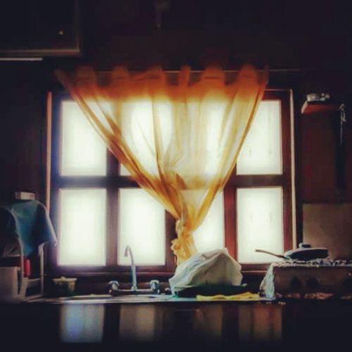 La cortina de la cocina. Fotografosvenezolanos . Fernandoluna . Contraluz . Cosascotidianas . venezuela. ventana. cortina. lowkey