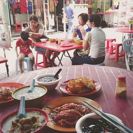 Breaking fast at PetalingStreet (fondly known to locals as Cheecheongkai since yesteryear. The term Chinatown is just for the sake of tourism.) A local here commented that most of the Chinese community has left the area. Vibe isn't as it was since then. Hubby who spent most of his childhood days at his paternal grandparents' medical hall on Chee Cheong Kai missed the vibrancy of this place. Misses the hidey holes at his grandpa's shop house....it is all torn down now. Lots of hawker stalls are now run or assisted by foreign workers, mostly Myanmarese who speaks excellent Cantonese, Mandarin & Malay. {Envy them for that language proficiency..😀}. According to hubby, there are still some old stalls operating and some has expanded. This trip to KL is hubby's trip down memory lane..... Anjackl2016