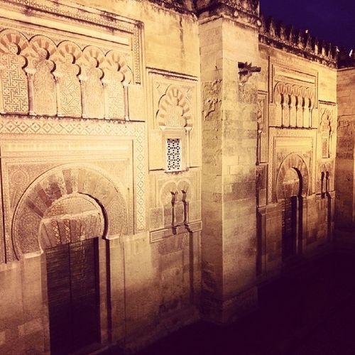 Inevitable recordar la lectura de LaManoDeFatima de IldefonsoFalcones cuandio estas enfrente de la Mezquita de Córdoba