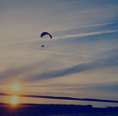 Adventure Parachute Leisure Activity One Person Extreme Sports Real People Duxbury, Ma Duxbury Beach SunsetEm Selects] Dramatic Sky sunsetNatureeSkyyLifestylessScenicssMid-airrCloud - SkyyOutdoorssParaglidinggSporttLow Angle ViewwWaterrBeauty In Naturee