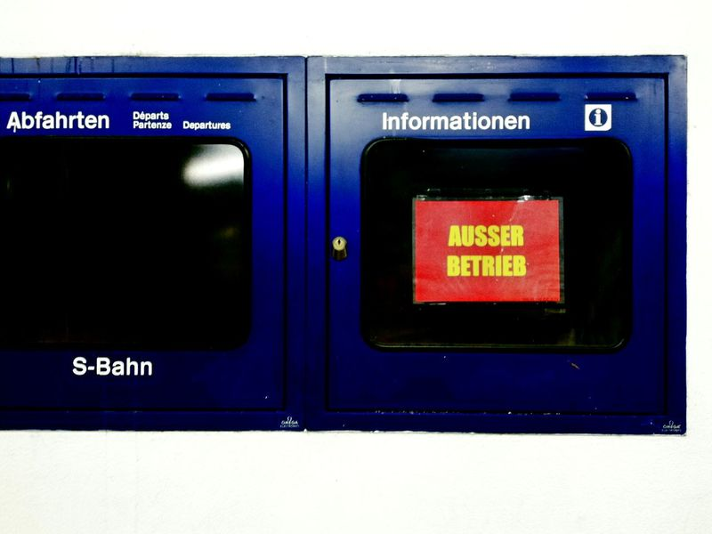 ANSAGE!!!! Mainstation Information Screen No Information Out Of Service Text No People Close-up