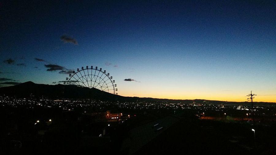 夜明け前、我が家より富士川観覧車と富士川SAをのぞむ。 富士川観覧車 富士川SA 夜明け前 もうすぐ夜が明ける 夜と朝の間 Hello World