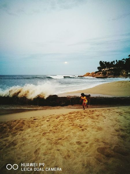 ... huyendo de la ola... Sea Vacations Child Beach Moon Palmilla Los Cabos, Mexico Waves, Ocean, Nature Wave Waves Crashing On Rocks Wavegodphotography Wave Splash Waves And Rocks Waves Splashing Sand Horizon Over Water Water People Wave Dog Tranquility Beauty In Nature Sky