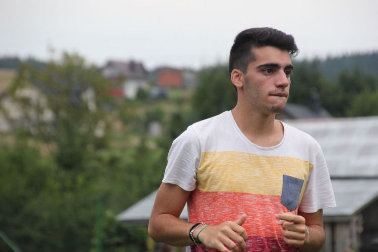 EyeEm Selects VSCO Scène Tranquille One Person Front View Young Adult Focus On Foreground Casual Clothing Leisure Activity Real People Outdoors Young Men Holding Food And Drink Lifestyles Day Portrait Freshness Sky People Men Vscocam Young