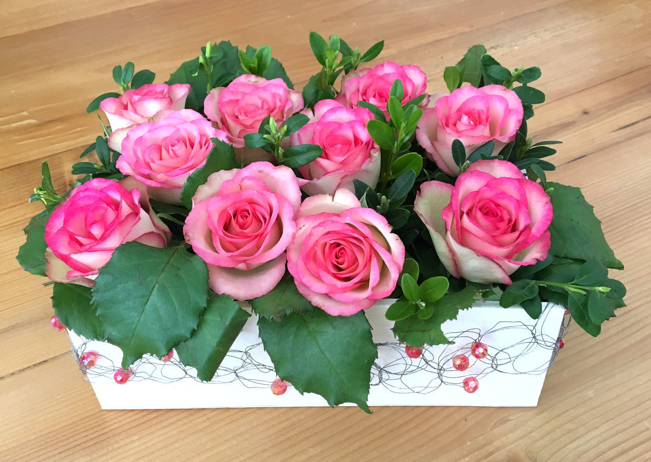HIGH ANGLE VIEW OF ROSE BOUQUET ON PINK TABLE