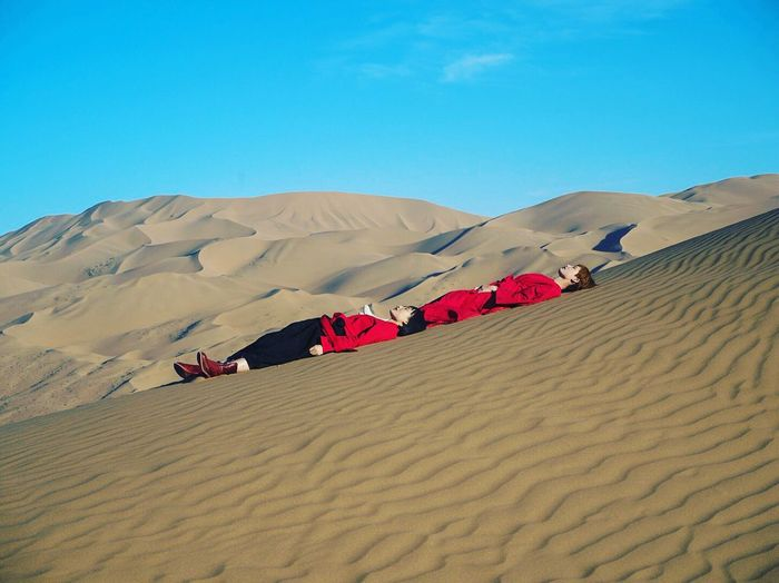 Rising Sand Desert Sand Dune Landscape Arid Climate Full Length Day Outdoors Sky Nature Clear Sky One Person People Lost In The Landscape Be. Ready. The Traveler - 2018 EyeEm Awards