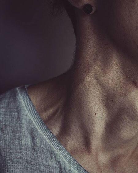 Esternoclaidomastoideo: Músculo que está situado en el cuello y tiene la función de permitir el giro y la inclinación lateral de la cabeza. Anatomia Cuello Musculo Esternocleidomastoideo