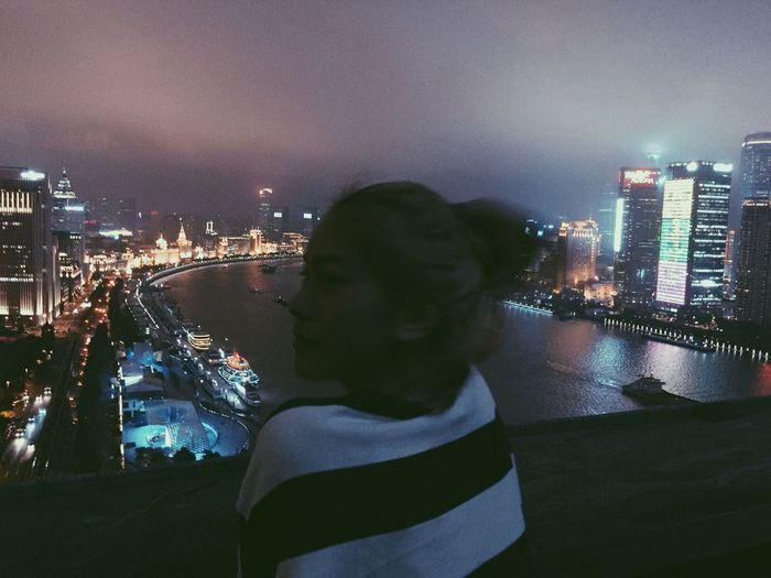 在上海打工 朋友帶我來酒店的酒吧看江景💗 很棒的體驗