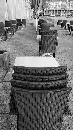 Outdoors No People Schwarzweißfotografie Streetphotography Reihe Stühle Winter Waiting In Line Blackandwhite Photography Waiting Chairs Restaurant Modern Hospitality