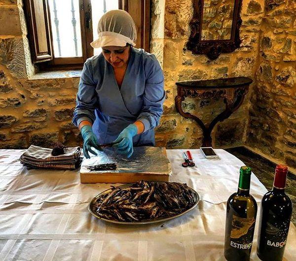 Babor y Estribor son también un homenaje a Mujeres como María Angélica, cuyo trabajo nos da la anchoa. Santoñismo Santoña Cantabria Anchoa Vino Vinoblanco Wine Vinotinto Sobar Limpiar Maridaje
