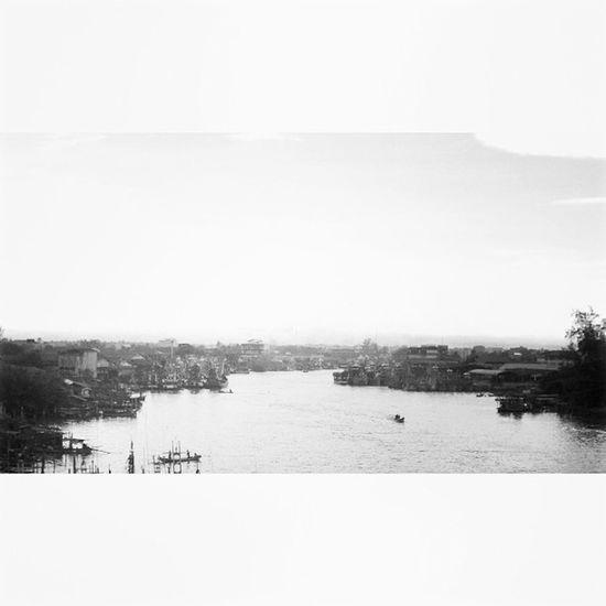 ปัตตานีนี่นี้เมื่อเช้า สะพานปลา เรือประมง คนหาปลา Adayinthailand Thaistagram Photooftheday Instaphoto Instapic แม่น้ำปัตตานี Pattani Thailand Seeyoutomorrow Lumia1020
