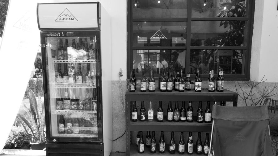 夏天,是來杯啤酒的好時間,尤其是站在賣很多種啤酒的啤酒店前... Beer Taichung Taiwan H-beam Monochrome Store Streetphotography First Eyeem Photo 啤酒 台中市西區 審計新村 啤酒屋 台灣 台中 Rx100m3