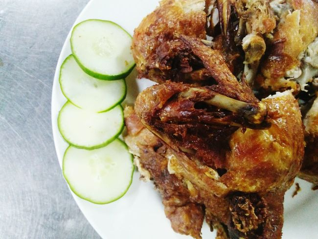 Food And Drink Food SLICE Ready-to-eat Freshness Serving Size Indoors  Close-up Healthy Eating Drinking Glass Green Color Plate No People Horizontal Day Friedchickenwings FriedChickenIsLife Fried Chicken Fried Friedchicken Roast Chicken Horizontal Freshness Food And Drink Indoors