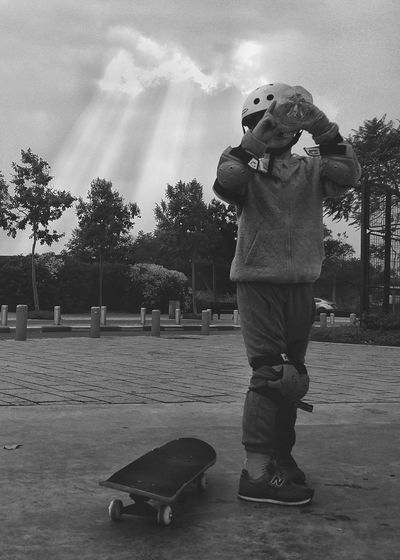 Full Length One Person Young Adult Skateboarding Skatelife Skateboard Skatepark Skate Life Blackandwhite Black & White Black And White EyeEm Finding New Frontiers EyeEm Team Headwear Drinking Welcome To Black Out Of The Box Black And White Friday