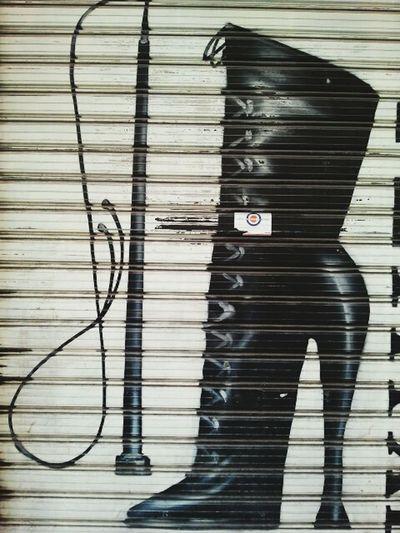 Siempre fuiste la dueña de mis vicios y esclava de mis manos... Streetart Streetphotography Street Callejeando Blackandwhite Photography Equilibrio Blacknwhite Zapatos Vicios Blackandwhitephotography Streetphoto_bw Igblacknwhite Graffiti Graffiti Art Artegrafite  Grafitty