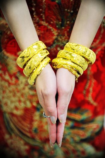 Weddings Around The World Canadian Chinese Wedding the more gold jewelry the bride have means more luck and blessings to her. 龍鳳鐲 Wedding Bracelets @ YYC