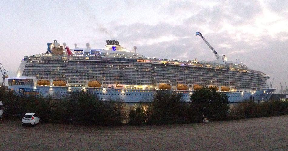 Luxusschiff verlässt den Hafen und sticht in See