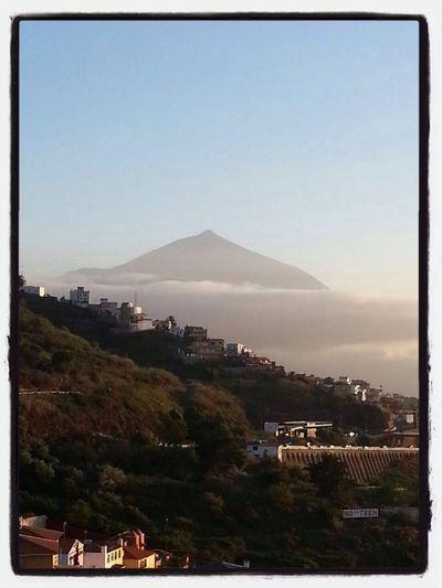 Il vulcano Teide fra le nubi
