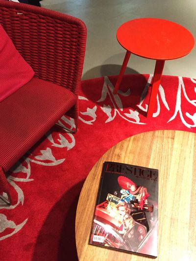 Red Chair Carpet magazin table