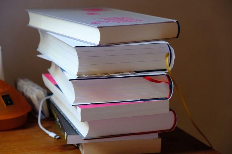 Auf meinem Nachttisch. Nightstand Lesestoff Bücher  Publication Book Stack Indoors  Still Life Education Table
