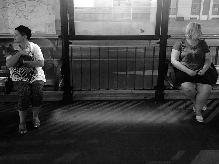 Rozbieżność Przystanek Foto Street Streetphotography Foto Ulica Wieczorem Na ławce Czekajac Na Tramwaj Czekając Kobiety Na Przystanku Full Length Real People Casual Clothing Architecture Men Sitting Two People Standing People Women Waiting Waiting