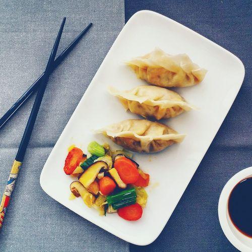 Für selbstgemachte vegetarische Dumplings braucht es Übung, aber der Aufwand lohnt sich. Vegetarische Küche VeggieFood Vegetarian Food Vegetarisch Kochen Asianfood Asiaküche Foodphotography Foodlover Food Photography Vegetarian Dumplings