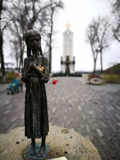 Blurred Blurred Background Carnation Cloudy Flower Focus Focus On Foreground Focused Girl Huawei P9 Leica HuaweiP9 Huaweiphotography Kiev Kyiv Monument No People Outdoors Statue Teddy Bear Tree Trees Ukraine