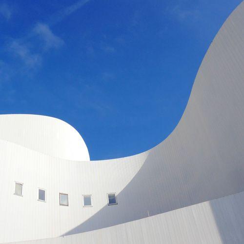 Schauspielhaus Düsseldorf ,entworfen von Bernhard Pfau. Eröffnet am 16.1.1970. Midcentury Modern Architecture Midcenturyarchitecture Minimalism White Blue Learn & Shoot: Balancing Elements
