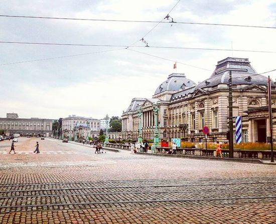 Projectsw Hiddentreasure Brussels Belgium : 브뤼셀 궁전 앞. 날이 유난히 변덕스러웠다. 빗방울이 하나 둘 떨어지던 즈음에 왜 굳이 멈춰서서 이 사진을 찍었던 걸까. Palace Road Cloudyday Travel Travelgram Alonetraveller 2015  벨기에 여행스타그램 나홀로여행