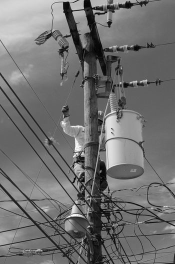 the put up a new transformer in me street....took 4 day`s to change the new for the old one!!!!! Cable Cloud Cloud - Sky Dangerous Day Electricity  Electricity Pylon Honduras Kabel Low Angle View Outdoors Pole Reparing Sky Transformers Worker