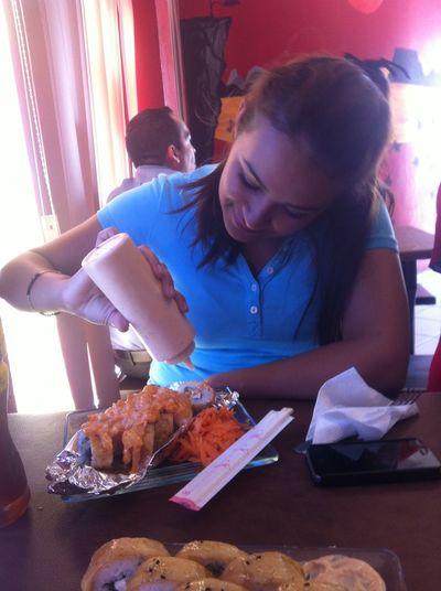 Con mi amiga comiendo sushi 🍥💙
