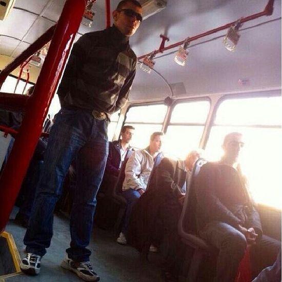 otobuste ayakteyken tutunmadan yolculuk etmeninde havasi tarzi karizmasi boyle oluyormus demekki Bus Freehand Karizma Gozluk tarz belediye otobus