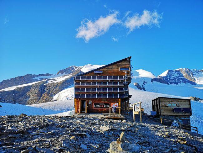 Finalmente l'arrivo al rifugio a quota 3585 metri. Panorama splendido e ambiente selvaggio. Mountain Snow Blue Sky Architecture Snowcapped Mountain Exterior Mountain Range Rocky Mountains Mountain Peak