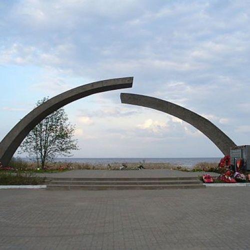 Памятник Разорванное_кольцо . вов памятник память_жива . Деревня Коккорево, Ленинградская область