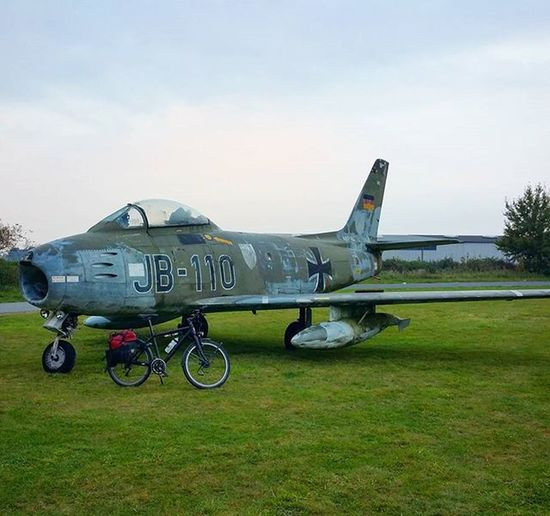 Bike & Jet - the Activa Pro 1 touringbike from @rose_bikes in front of an old German military fighter jet at the old airport of Horst in Schleswig-Holstein. Read more about the touringbike and the results of my bike test at www.biketour-global.de Biketouring Cycling Fahrrad Fahrradfahren Bike Bikelove 😚 Picoftheday Instamood Nofilter Bicycle Reiserad Testfahrt Test Fighter Jet Plane Sport Outdoor