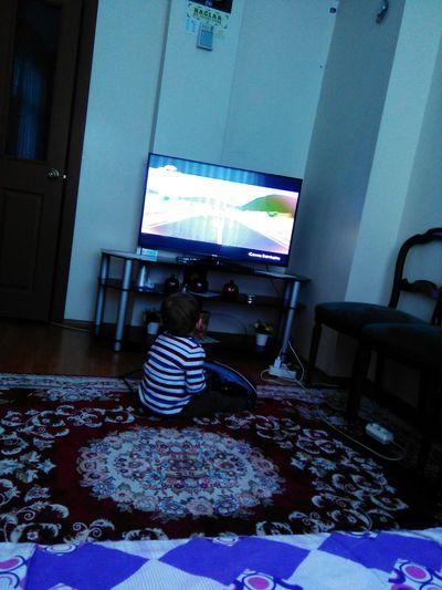 Yegenim tv izlerken