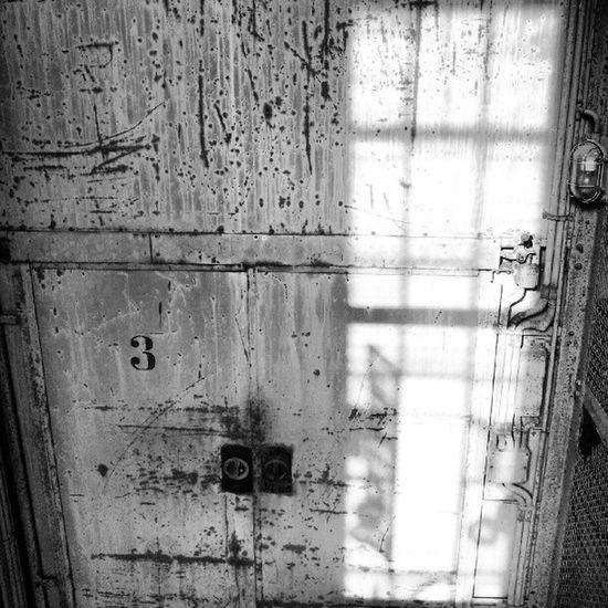 #Licht und #Schatten. Rust Lost Rotten Urbex Licht Lift Urbanexploration Lostplaces Grimewindow Fahrstuhl Lostplace Schacht Schatten Elevator