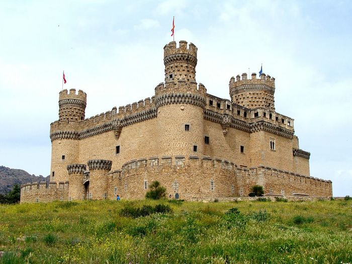 castillo de los Mendoza Architecture History Building Exterior Travel Destinations Built Structure Castle Flag Day Manzanares El Real