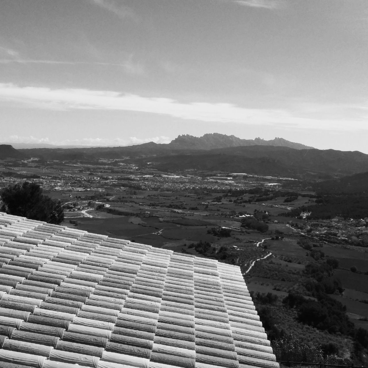 solar panel, solar energy, built structure, alternative energy, mountain, roof, renewable energy, day, fuel and power generation, architecture, house, nature, building exterior, solar equipment, sky, no people, outdoors, mountain range, tiled roof, beauty in nature, scenics