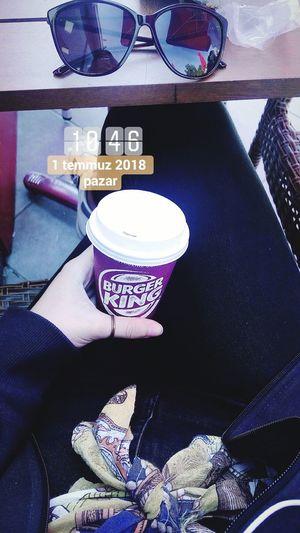 1 temmuz 2018, aşağılarda çayla, mavi bir kitapla Merti üniversite sınavındayken beklerken çektiğim bir fotoğraf var bir tane de bu seneden kahveyle olsun istedim* yks* Waiting Beklemek Coffee Burgerking Kahve Sitting Oturmak Gozluk Sunny Day Sunglasses Boyfriend❤ July YKS Sınav Exam Jeans Day Perfume Close-up