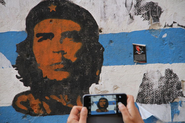 Someone taking a picture of Che Guevara painting Argentina Art And Craft Che Guevara Creativity Graffiti Street Street Art Street Photography Wall Wall - Building Feature Wall Art