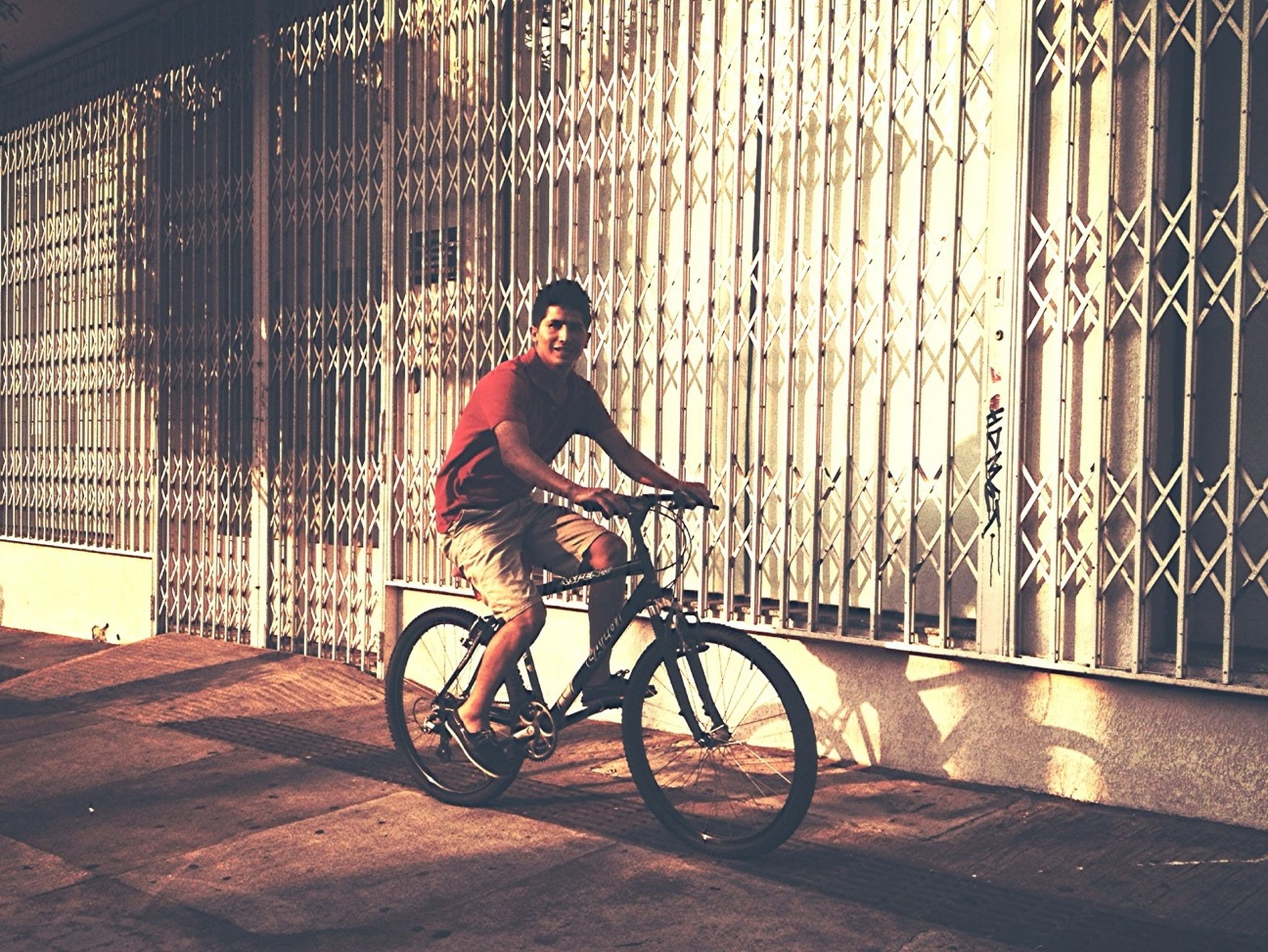 bicycle, transportation, mode of transport, land vehicle, architecture, building exterior, built structure, full length, riding, side view, stationary, parking, parked, leaning, street, lifestyles, cycling, city