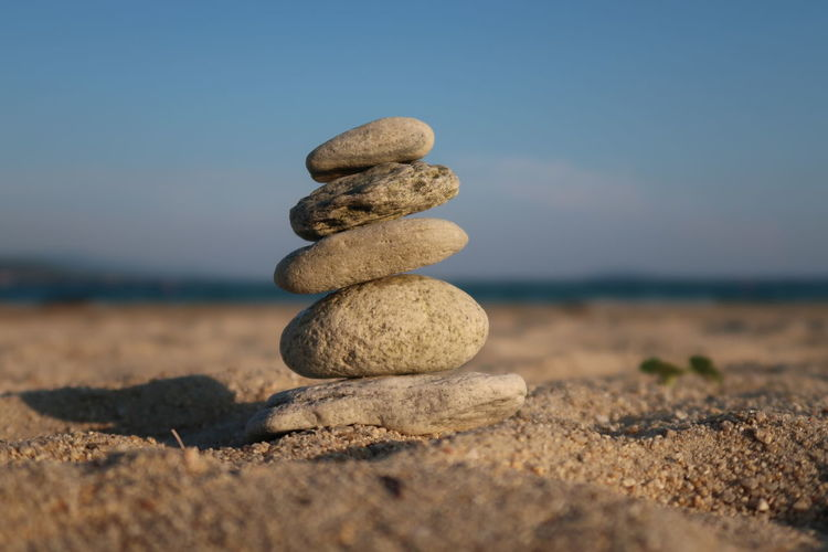 Stone balancing Feng Shui Pyramid Rock Yoga Balance Beach Buddhism Coast Horizon Nature No People Outdoors Pebble Rock Rock - Object Sand Sea Sky Stack Stacked Stone Stone - Object Stones Tranquility Zen-like