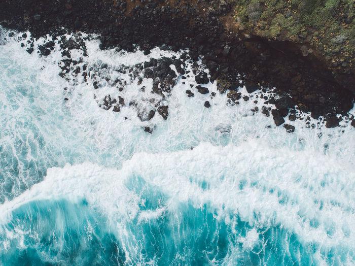 Panoramic view of sea waves splashing on rocks