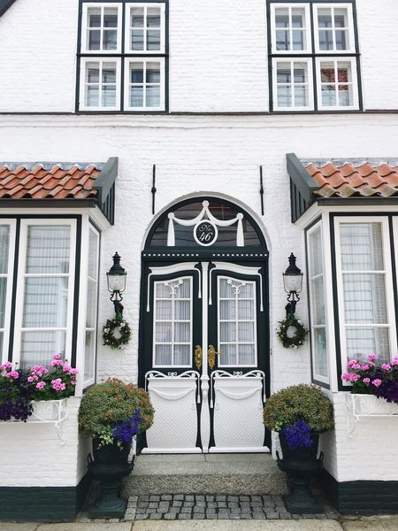 Norddeutsche Tür Window Architecture Building Exterior Built Structure Door Potted Plant Residential Structure Façade Residential Building Entrance Arch Day Growth Outdoors Pink Color History Historic Fragility